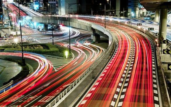Uzun pozlama kullanılarak, trafikteki araçların alınmış bir görüntüsü. Işıklarının hareketi, birer çizgi olarak fotoğrafa yansıyor.