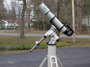 Ekvatoryal (eşlek) kurgu sistemine sahip bir teleskop