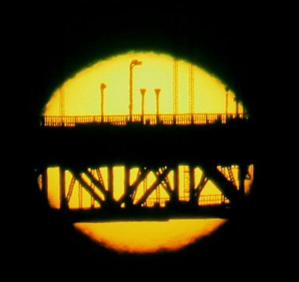 Golden Gate Köprüsü üzerinde yeşil parlama