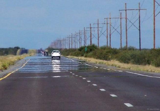 Sıcak asfaltta oluşan optik yanılsama, aslında asfalt ıslak değil