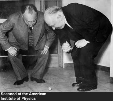 Wolfgang Pauli ve Niels Bohr bir topacın hareketini gözlemliyor.