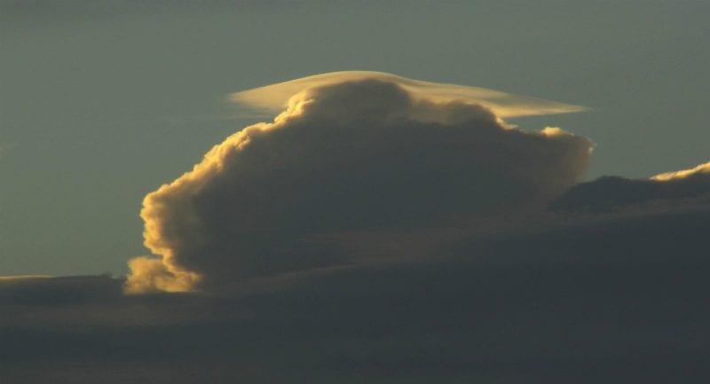 Bulutların şapka olarak kullandığı eşlikçi bulut pileus. (Telif: Jen Scheer)