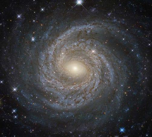 Bir sarmal galaksi olan NGC 6814. Sarmal kollar belirgin bir şekilde görülebiliyor.