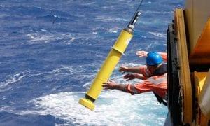 Bir Argo dubası okyanusa yerleştirilirken.