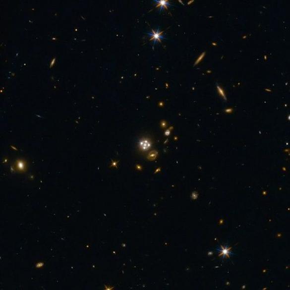 HE0435-1223 kuazarının lenslenmiş görüntüsü.