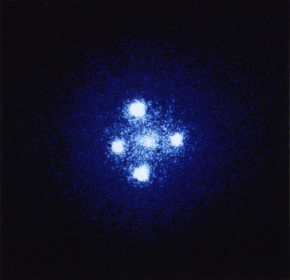 Bir başka Einstein haçı örneği. Fotoğraf: ESA/NASA