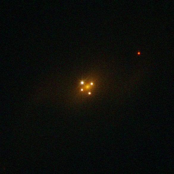 Hubble Uzay Teleskobu (HST) tarafından çekilmiş bir Einstein haçı