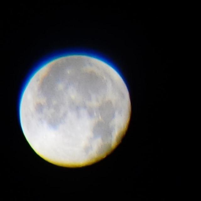 Renk sapıncına uğramış bir Ay fotoğrafı. Üstte mavi bir katman, altta da kırmızı bir katman görünüyor. Bu durum fotoğrafın her yerinde gerçekleştiği için, göze kötü görünmenin yanında görüntü kalitesini de ciddi ölçüde düşürür.
