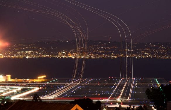 Pistten kalkış yapan uçaklar. Uzun pozlama sayesinde, ışıklarının hareketi görülebiliyor. Uçakların görünmeme sebebi ise, yeterince aydınlık olmamalarından kaynaklanıyor. Astrofotoğraf çekimi sırasında görüntüye giren uçaklar da, aynen bu şekilde bir iz bırakmaktalar.