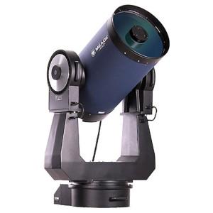 Bir Schmidt-Cassegrain türü teleskobu tutan Çatal Kurgu