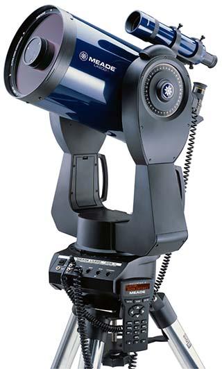 Go-To sisteme sahip bir çatal kundaklı teleskop. Önde kumandasını görebilirsiniz.