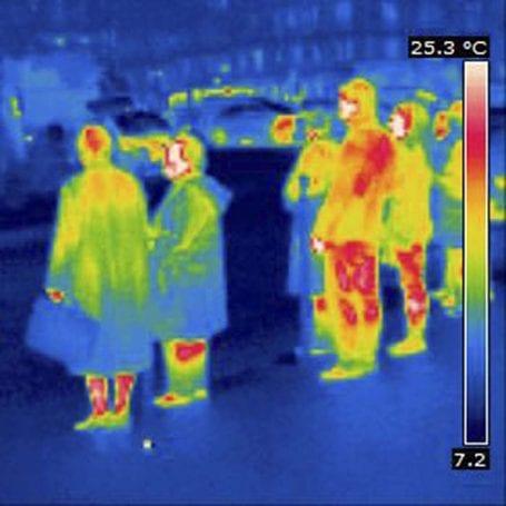 Şekil 3. Kızılötesi ışın yayınlayan insan vücutların termal kamera görüntüsü. Kıyafetler burada kısmen engelleyici midir sizce?