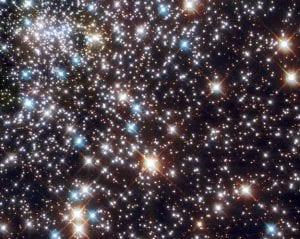 Hubble Uzay Teleskobu tarafından çekilmiş bu fotoğrafta, NGC 6397 küresel yıldız kümesini ve içerdiği mavi başıboş yıldızları görebiliyoruz.