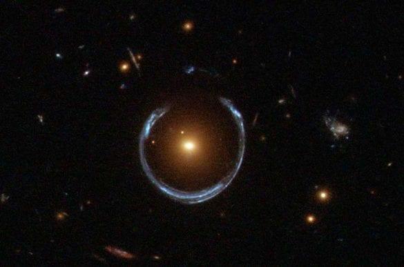 Neredeyse tam bir halka oluşturacak kadar iyi hizalanmış bir Einstein halkası örneği