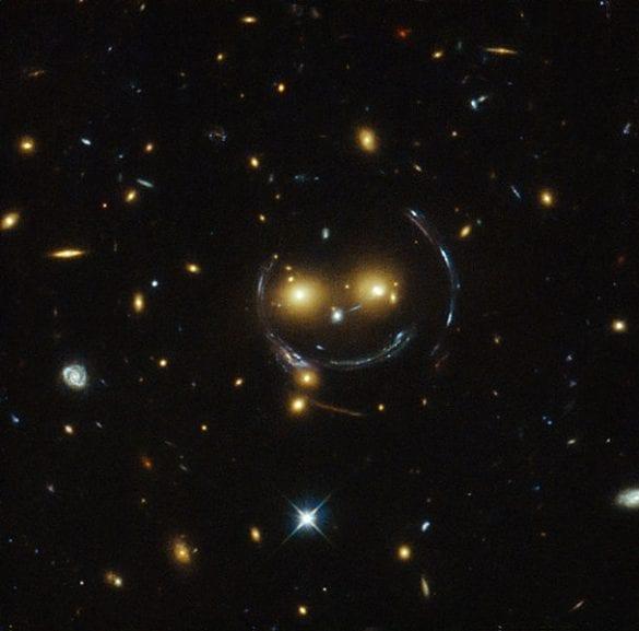 Gülümseyen galaksiler olarak da bilinen bir çekimsel merceklenme örneği