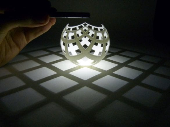Kendisinde farklı bir geometri olmasına rağmen yere projeksiyonu kareler oluşturan bir tasarım. Benzeri mumluklar bulunuyor. Referans: https://www.thingiverse.com/thing:1276837
